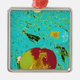 Diseño surrealista del melocotón y de los pescados adorno cuadrado plateado