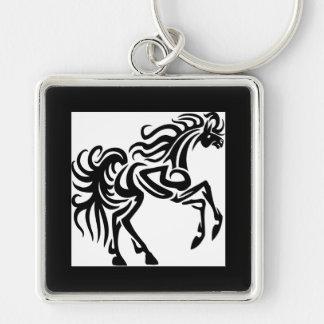 Diseño tribal del caballo del tatuaje llavero cuadrado plateado