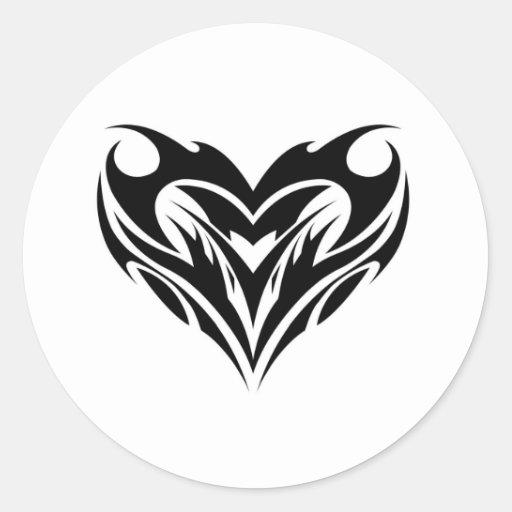 Diseño tribal del corazón pegatina redonda