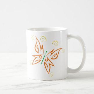 Diseño tribal del tatuaje de la mariposa del taza de café