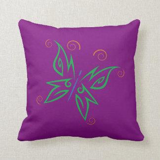 Diseño tribal del tatuaje de la mariposa del verde almohada