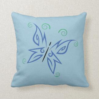 Diseño tribal del tatuaje de la mariposa verde almohada