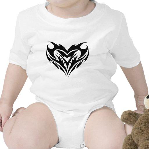 Diseño tribal del tatuaje del corazón grande traje de bebé