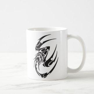 Diseño tribal del tatuaje del escorpión taza