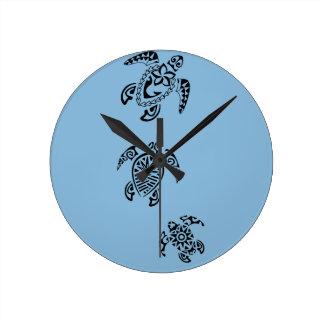 Diseño tribal del trío de la tortuga reloj redondo mediano