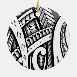 Diseño tribal maorí original del tatuaje con el adorno redondo de cerámica
