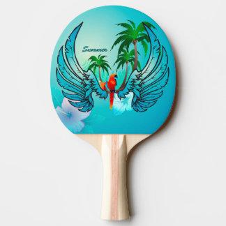 Diseño tropical con el loro y las flores pala de ping pong