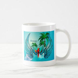 Diseño tropical con el loro y las flores taza básica blanca