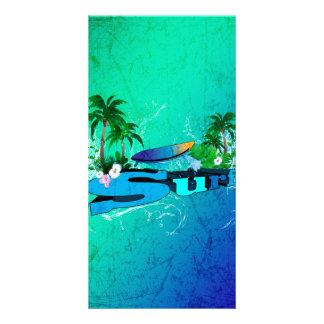 Diseño tropical con la tabla hawaiana y las tarjetas personales con fotos