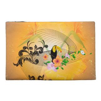 Diseño tropical con toucan y las flores