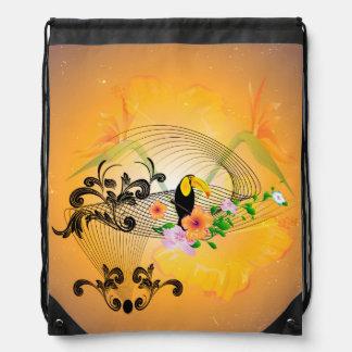 Diseño tropical con toucan y las flores mochila