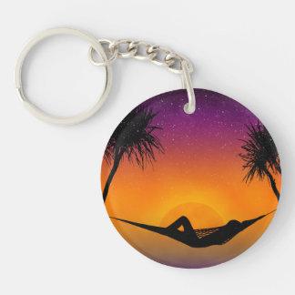 Diseño tropical de la silueta de la puesta del sol llavero redondo acrílico a una cara