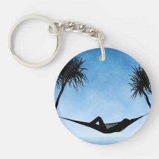 Diseño tropical de la silueta del cielo azul de la llavero redondo acrílico a doble cara