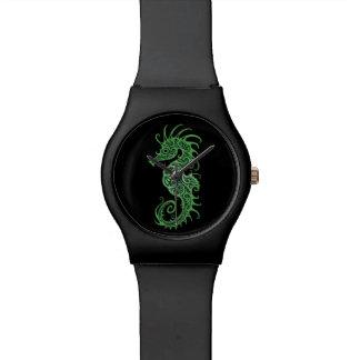 Diseño verde complejo del Seahorse en negro Relojes