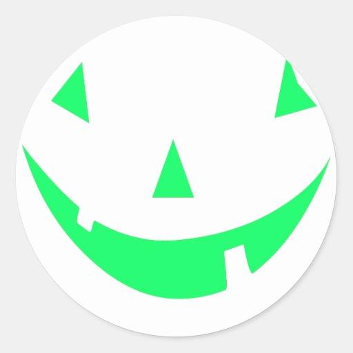 Diseño verde de Halloween de la cara de la calabaz Etiquetas Redondas