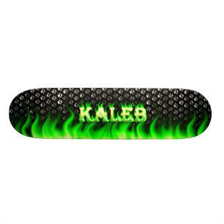 Diseño verde del fuego de Kaleb y del monopatín de