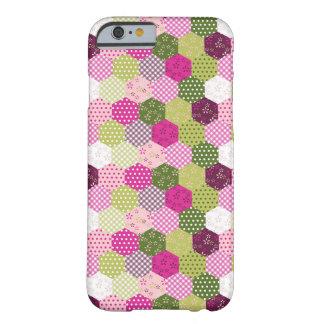Diseño verde rosado bonito del edredón de remiendo funda de iPhone 6 barely there