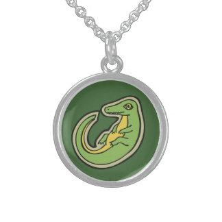 Diseño verde y amarillo lindo del dibujo del collar de plata de ley