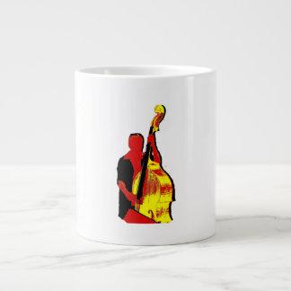 Diseño vertical de la imagen del bajista rojo y am taza de café gigante