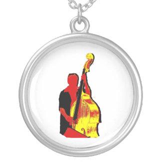 Diseño vertical de la imagen del bajista rojo y collar plateado