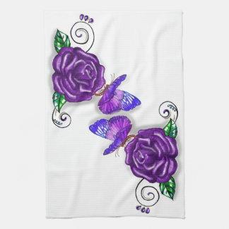 Diseño violeta de la mariposa y del rosa toalla