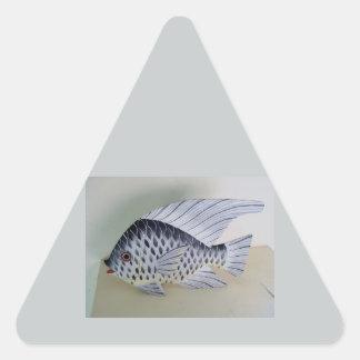 Diseños blancos y negros de los pescados pegatina triangular