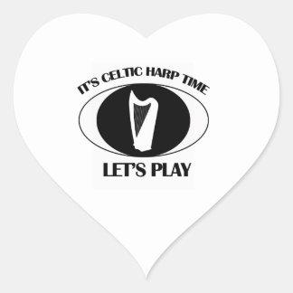diseños célticos del instrumento de la arpa pegatina en forma de corazón