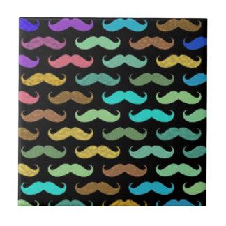 Diseños coloridos de los bigotes en fondo negro azulejo cuadrado pequeño
