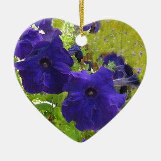 Diseños de color morado oscuro de la petunia adorno navideño de cerámica en forma de corazón