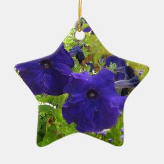 Diseños de color morado oscuro de la petunia adorno navideño de cerámica en forma de estrella