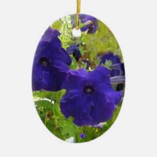 Diseños de color morado oscuro de la petunia adorno navideño ovalado de cerámica