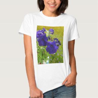 Diseños de color morado oscuro de la petunia camisas