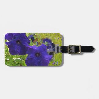 Diseños de color morado oscuro de la petunia etiquetas maletas