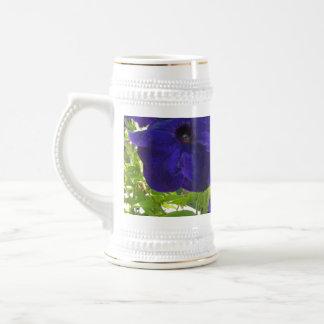 Diseños de color morado oscuro de la petunia jarra de cerveza