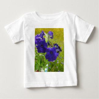 Diseños de color morado oscuro de la petunia polera
