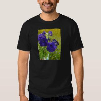 Diseños de color morado oscuro de la petunia remeras
