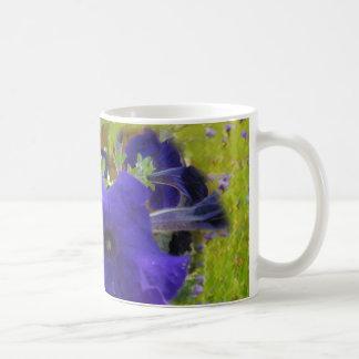 Diseños de color morado oscuro de la petunia taza clásica