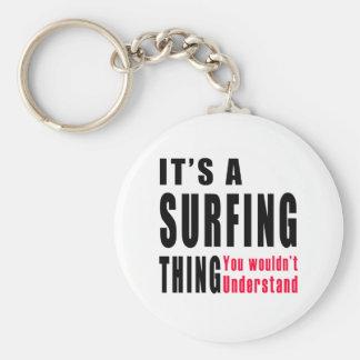 Diseños de la cosa que practican surf llavero redondo tipo pin