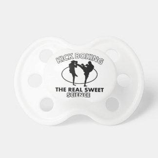 Diseños de los artes marciales de Kickboxing Chupete De Bebé