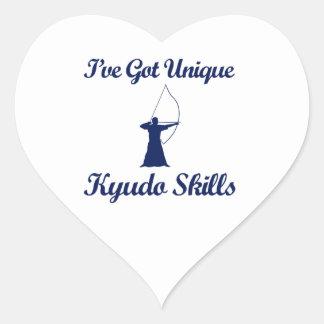 diseños del arte marcial del kyudo pegatina en forma de corazón