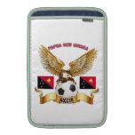 Diseños del fútbol de Papúa Nueva Guinea Fundas MacBook