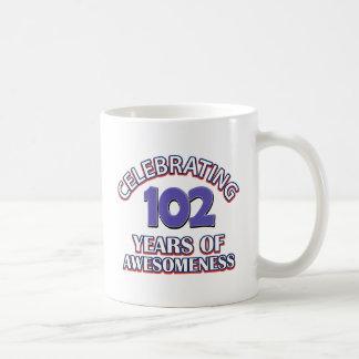 diseños del regalo de 102 años taza clásica