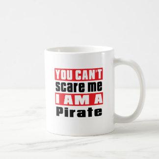 Diseños del susto del pirata taza básica blanca