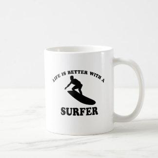 Diseños del vector de la persona que practica surf taza básica blanca