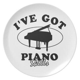 Diseños frescos del instrumento musical del piano plato de comida