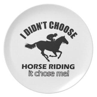 Diseños frescos del montar a caballo plato