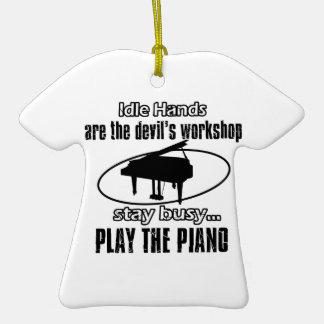 Diseños frescos del piano adorno de cerámica en forma de camiseta