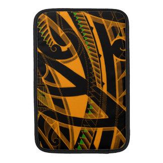 Diseños maoríes tribales del tatuaje con colores fundas macbook air