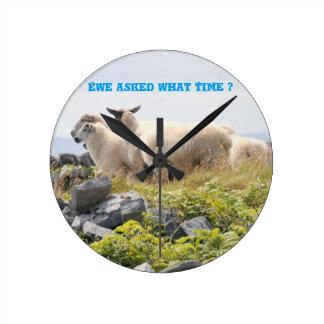 Diseños peculiares - ovejas en un campo reloj redondo mediano