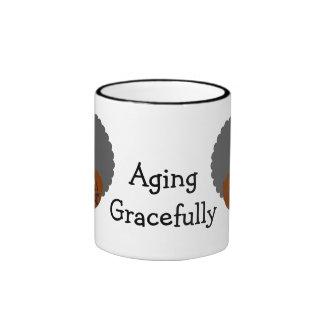 Disfrutando del envejecimiento agraciado en la taza de dos colores